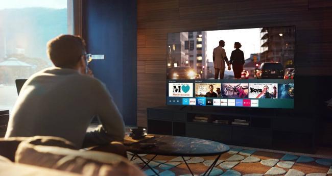 Главный экран платформы Samsung Smart Hub показывает превью различных приложений Samsung TV.