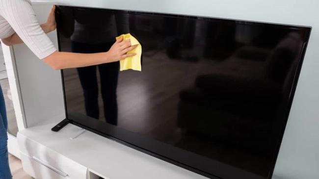 belye-pyatna-na-ekrane-televizora-pochemu-poyavilis-i-chto-delat.jpeg