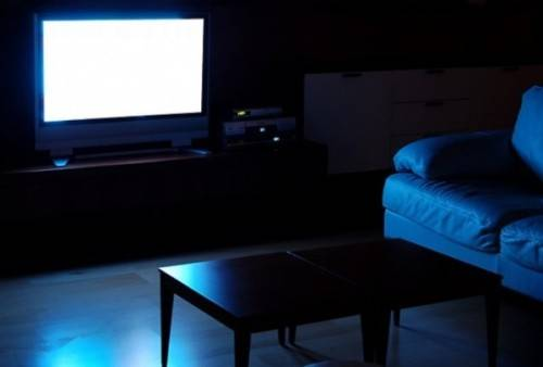 Bright-screen-TV-and-a-dark-room-a-bad-combination-for-the-eyes-500x338.jpg