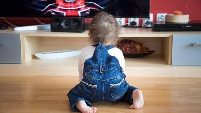 s-kakogo-vozrasta-mozhno-smotret-televizor.jpg